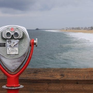 Picture of viewfinder on boardwalk looking out to the beach on a cloudy day.